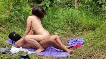 >Thaipornhuber ตั้งใจถ่ายให้เป็นคลิปหลุด18+ ถ่างป่าเย็ดเมียคนงานพม่ากลางสวน เอากันนานหลายนาทีจนผู้หญิงขอขึ้นน้ำหีแตกบ้าง งานเย็ดสดxxxHD คุณภาพเสียงไทย