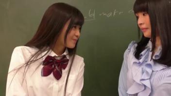 >หนังavเลสเบี้ยนแนวครูนักเรียน Japan Porn ครูจบใหม่ถูกนักเรียนขู่เลียหีกลางห้อง ทีแรกก็เหมือนขัดขืนแต่สุดท้ายครูสาวก็ลงลิ้นซอยหีคืนสมใจอยาก