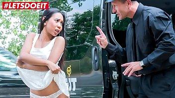 >หนังโป๊บนรถแท็กซี่เมืองนอกเย็ดกับสาวไทยPORN FAKE TAXI นานๆทีคนขับจะได้ลองชิมหีแทบเอเชีย จัดควยกระแทกหีอย่างแรงคาเบาะหลังซะควยแทบหักคาหีเลยทีเดียว