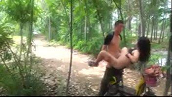 >หนังxxxจีน หนุ่มน้อยปักกิ่งหัวเกรียน พาแฟนสาวจีนมาเย็ดกันในป่า จับยกขาซอยหีอย่างดีบนรถรถมอเตอร์ไซร์ jizz แฟนไม่ต้องกลัวงูกัดหีหรือหญ้าแทงตูดเลยแบบนี้